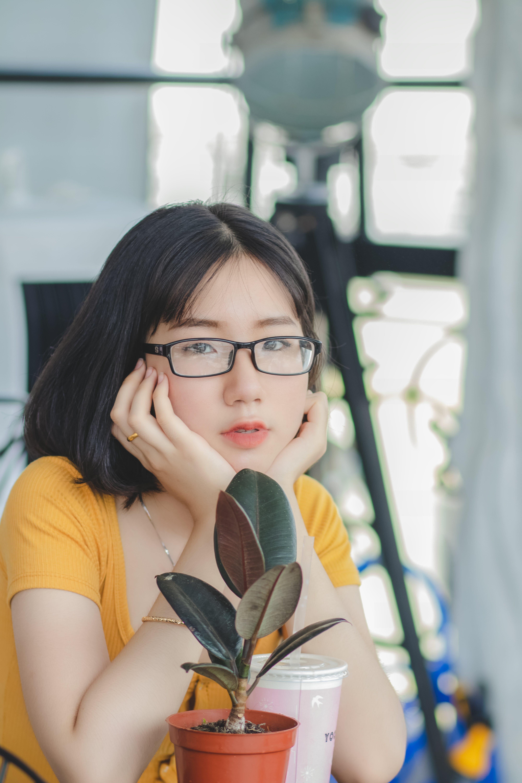 Gratis stockfoto met 20-25 jaar oude vrouw, Aziatisch meisje, binnen, blurry achtergrond