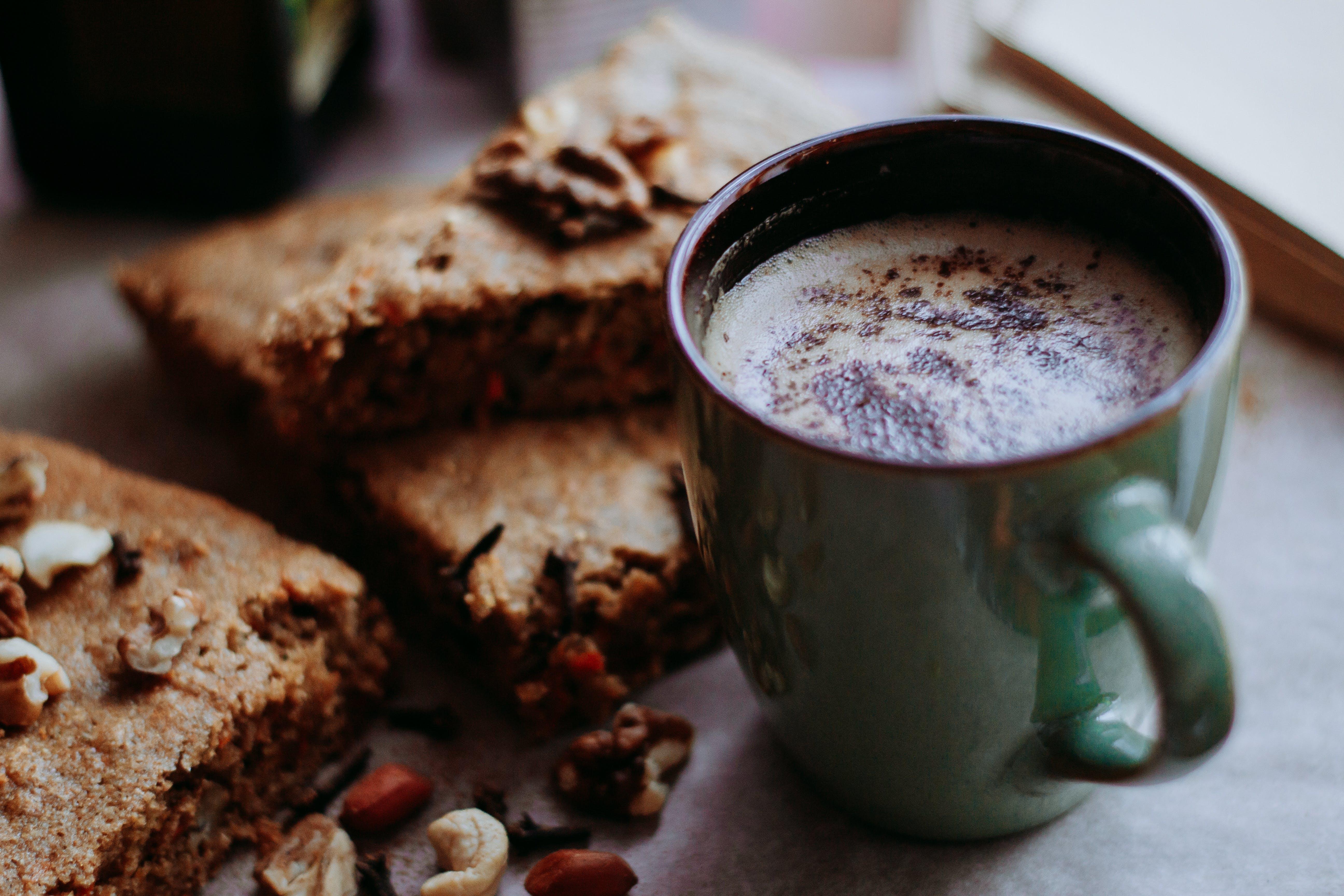 Kostenloses Stock Foto zu becher, brot, cappuccino, dessert