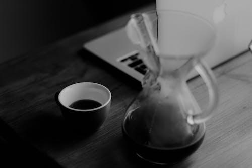 Darmowe zdjęcie z galerii z chemeks, czarno-biały, drink, kawa