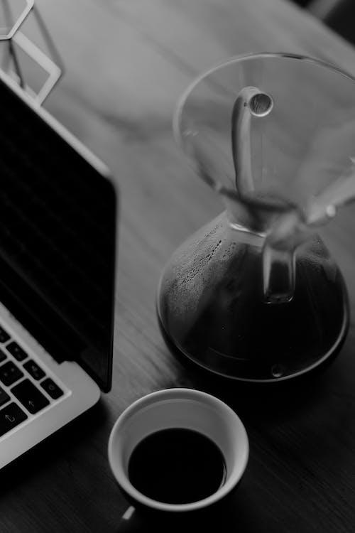 Бесплатное стоковое фото с chemex, macbook pro, macbook pro кофе, v60