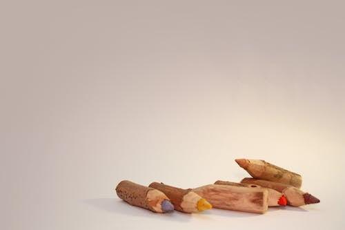ahşap, kuru boyalar, rengarenk, renkli kalemler içeren Ücretsiz stok fotoğraf
