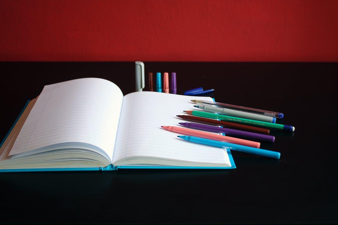 bloc note, gekleurde pennen, markeerstiften