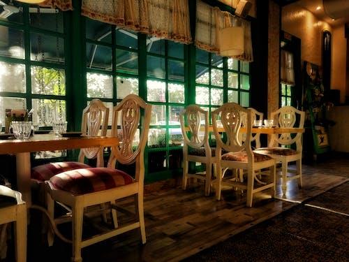 Foto d'estoc gratuïta de bar, cadires, cafeteria, capvespre