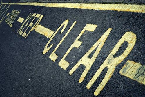 Photos gratuites de asphalte, école, enseigne, jaune