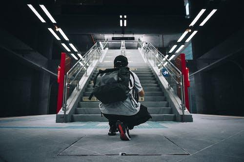 adam, adımlar, aşındırmak, basamak içeren Ücretsiz stok fotoğraf