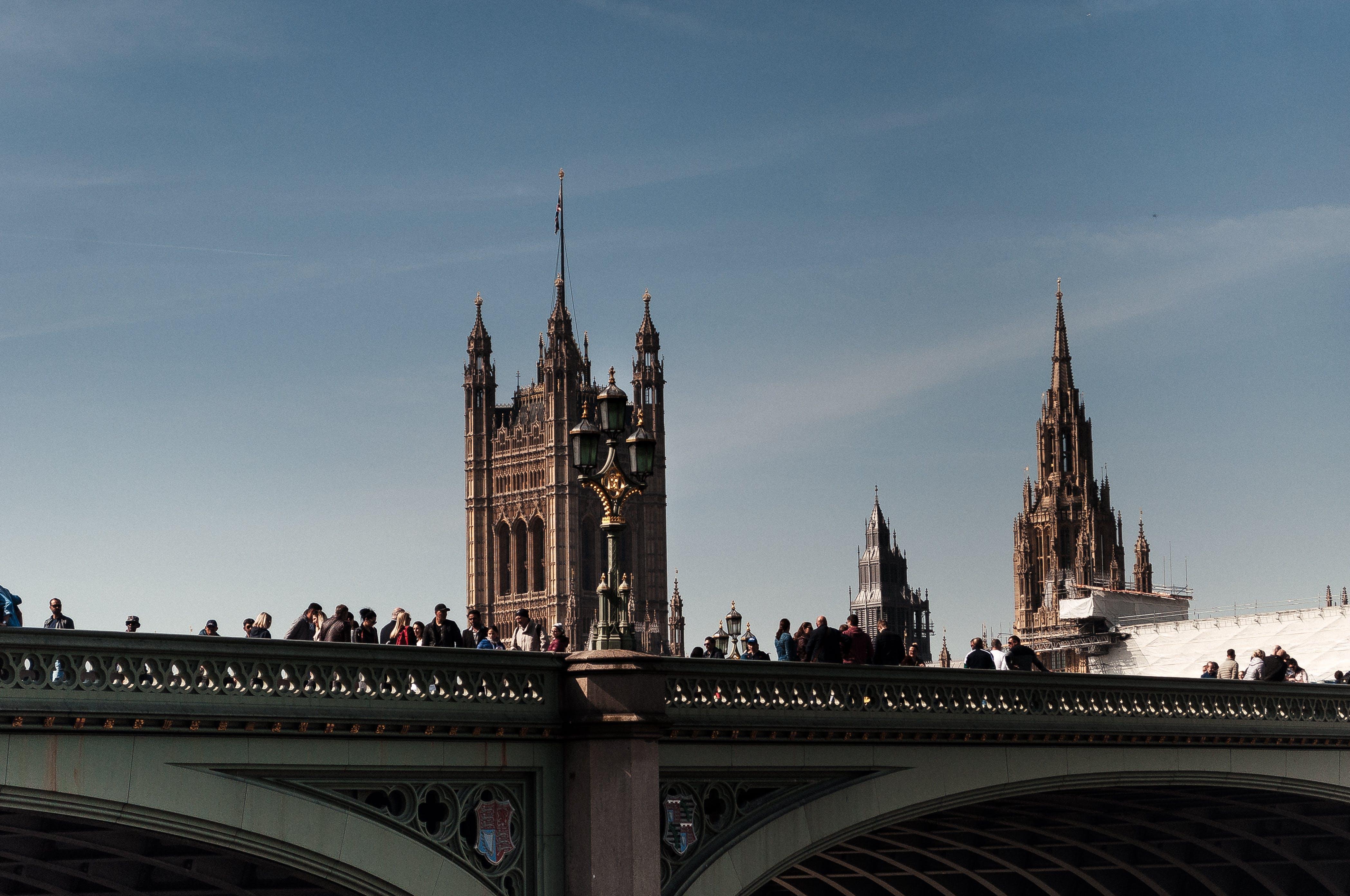 Gratis lagerfoto af arkitektur, bro, bygninger, dagslys