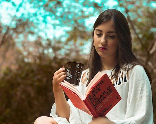 Darmowe zdjęcie z galerii z atrakcyjny, bokeh, czas wolny, czytać