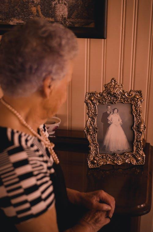 側面圖, 女人, 女士, 室內 的 免费素材照片