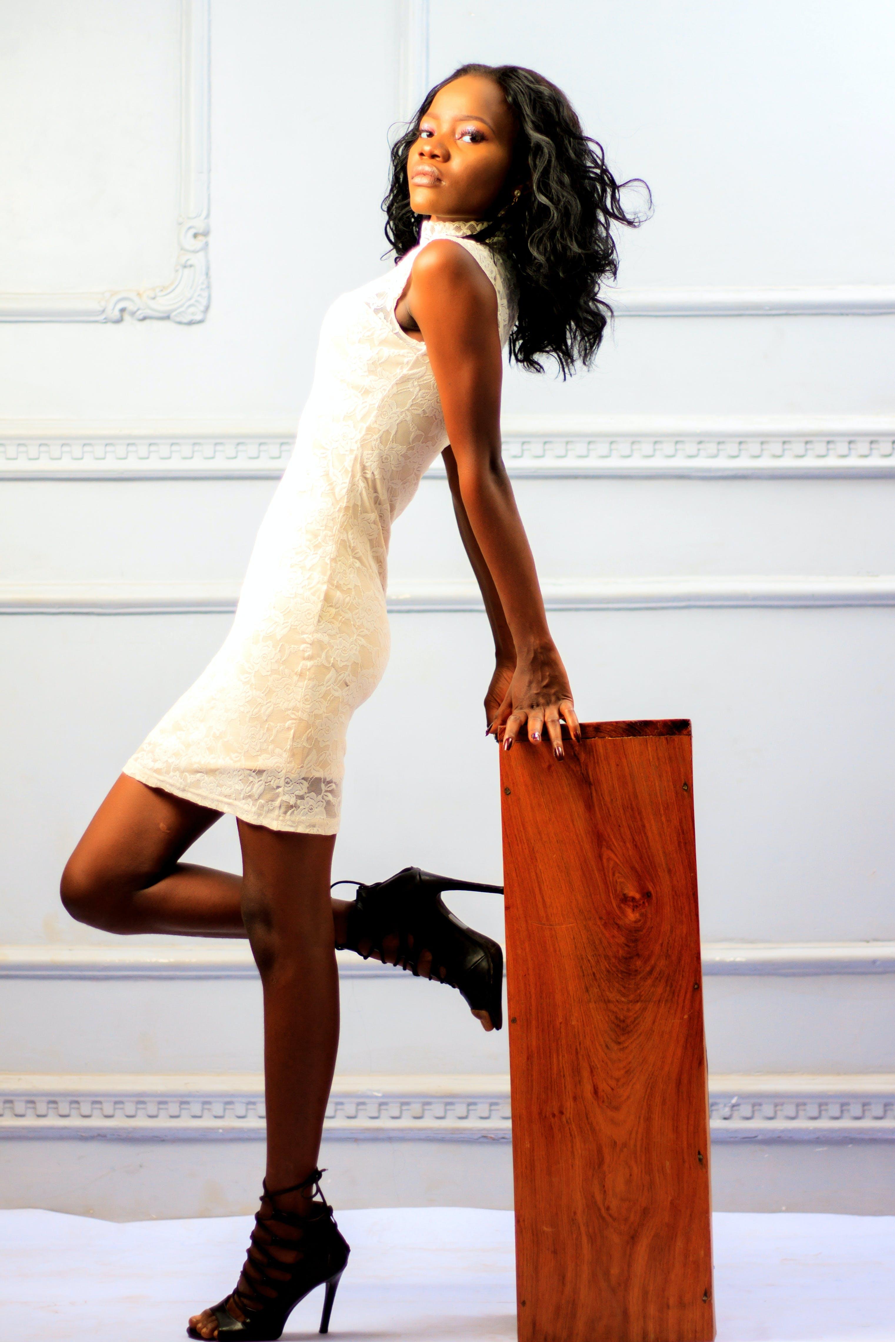 Kostenloses Stock Foto zu afroamerikaner-frau, dame, drinnen, farbige frau