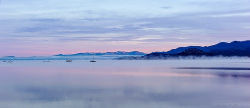 Foto stok gratis danau, kabut, kapal, matahari terbenam
