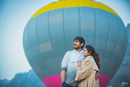 Casal Em Pé Perto De Um Balão De Ar Quente