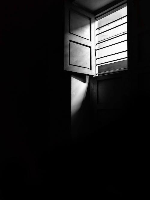 Darmowe zdjęcie z galerii z architektura, ciemny, cień, czarno-biały
