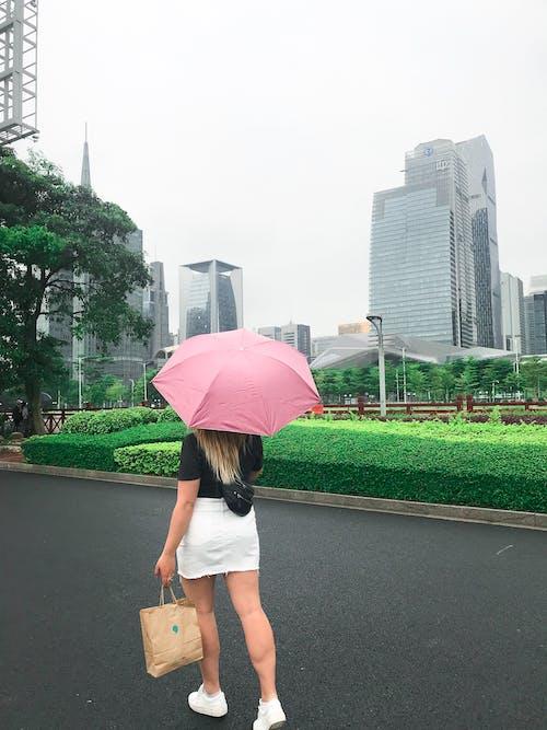 Kostnadsfri bild av ha på sig, kvinna, paraply, person
