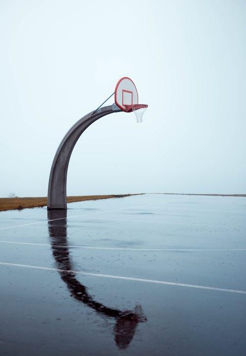 Ilmainen kuvapankkikuva tunnisteilla Betoni, heijastus, koripallokenttä, koripallokori