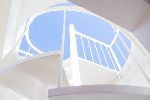 Darmowe zdjęcie z galerii z biały, klatka schodowa, kolory, kręte schody