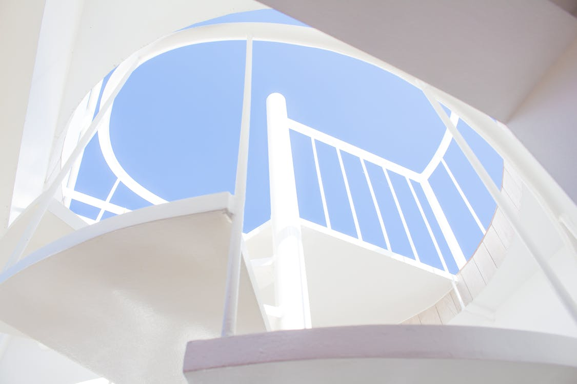 белый, в помещении, винтовая лестница