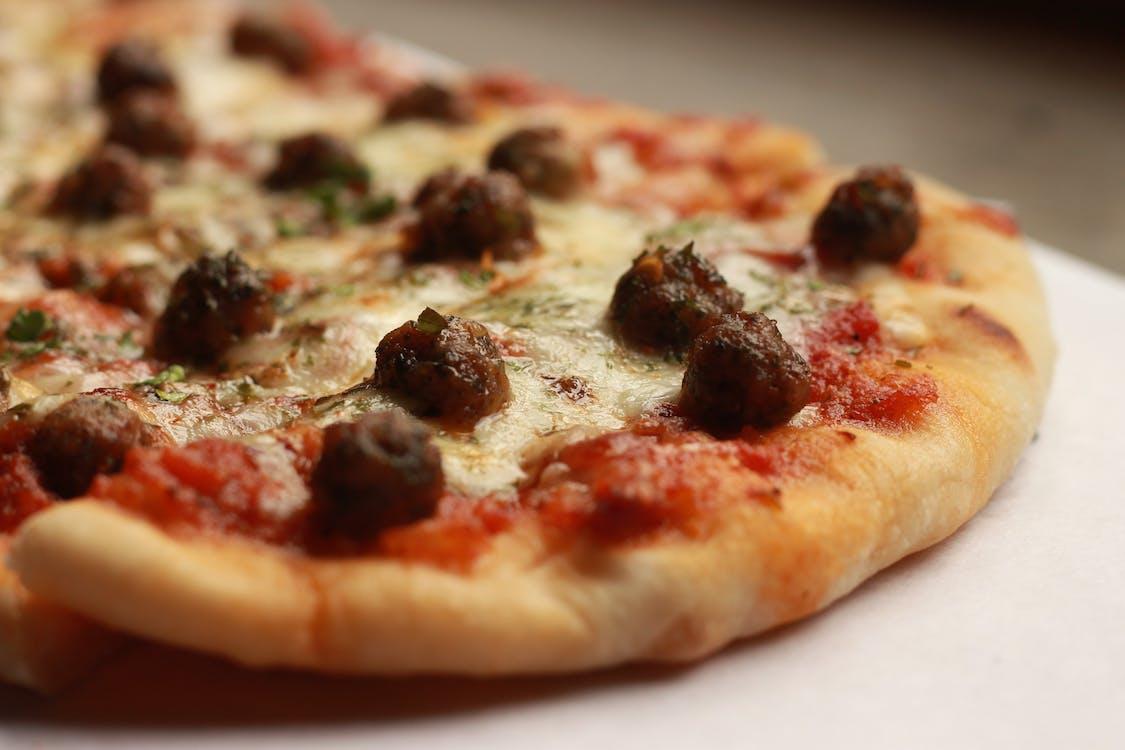 Пицца с изюмом сверху