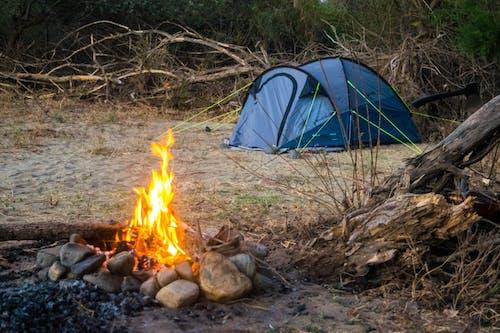 Бесплатное стоковое фото с кемпинг, огонь, палатка