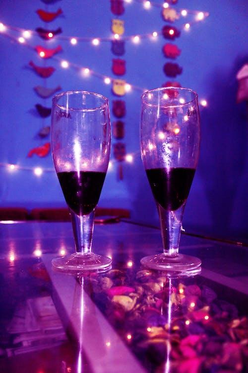 Gratis arkivbilde med alkoholholdig drikke, fargerike solbriller, rødvin