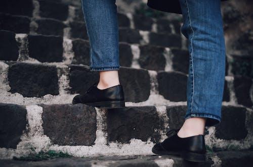 คลังภาพถ่ายฟรี ของ กางเกงยีนส์, ยีนส์เดนิม, รองเท้า, รองเท้าสีดำ