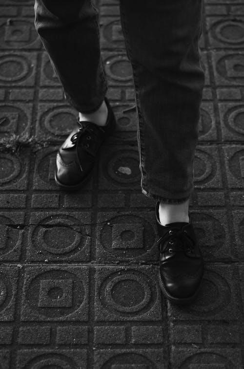 Imagine de stoc gratuită din alb-negru, drum, îmbracă, încălțăminte