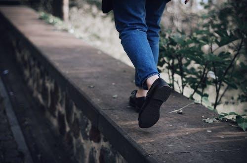 Darmowe zdjęcie z galerii z akcja, buty, chodzenie, czarne buty