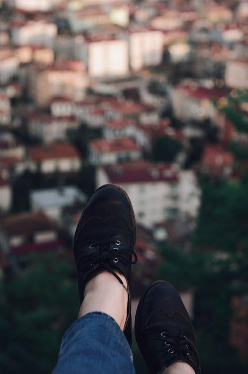 Zapatos Bajos Negros En Los Pies De Una Persona