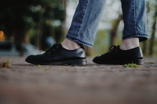 Gratis stockfoto met concentratie, denim broeken, leren schoenen, lopen