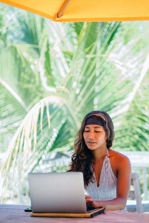 cyfrowy nomada, kobieta, komputer