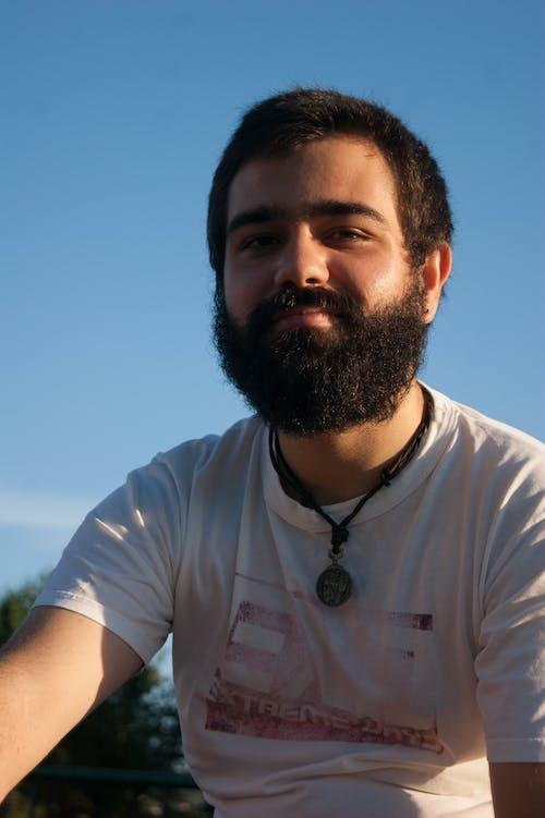 Darmowe zdjęcie z galerii z broda, błękitne niebo, mężczyzna
