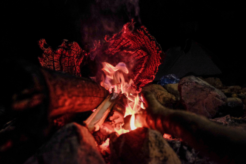 Ilmainen kuvapankkikuva tunnisteilla kevyt, Nuotio, polttopuu, punainen