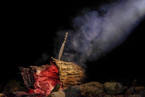 Foto profissional grátis de ardente, dentro, faca de acampamento, fogo