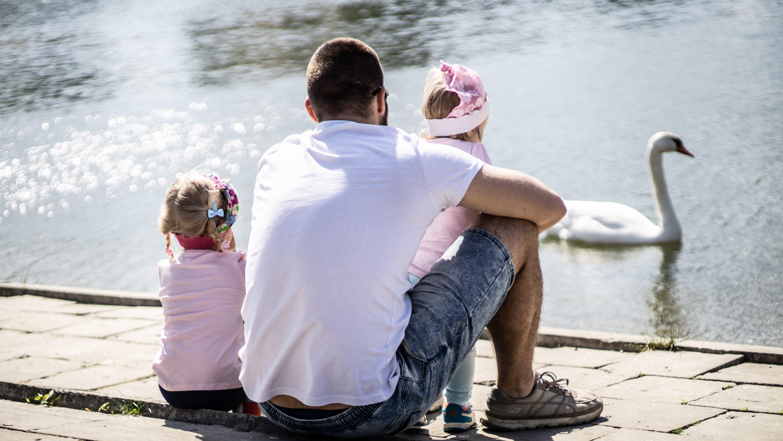 Základová fotografie zdarma na téma krásný, láska, otec a dcery, pohled zezadu