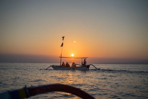 Gratis arkivbilde med båt, daggry, fartøy, gylden horisont