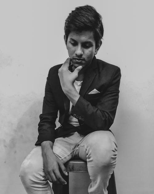 Foto d'estoc gratuïta de blanc i negre, fons negre, foto vertical, fotografia retratada