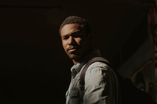 Gratis stockfoto met afro, Afro-Amerikaanse man, backpack, casual kleding