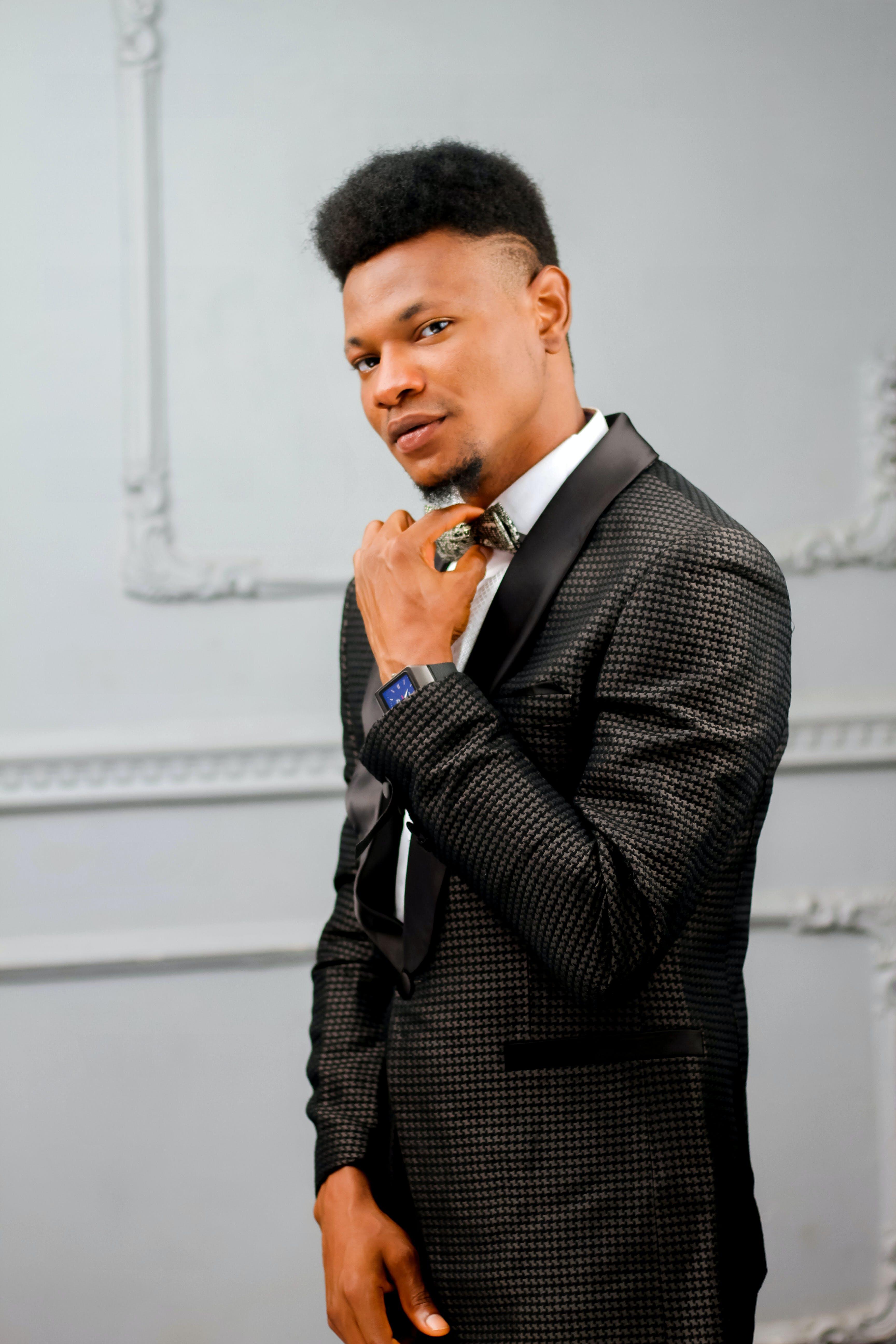 Kostenloses Stock Foto zu afroamerikanischer mann, anzug, drinnen, elegant