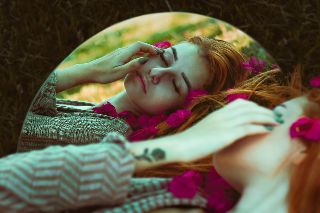 Mulher Deitada Na Foto Editada Do Espelho De Grama Marrom