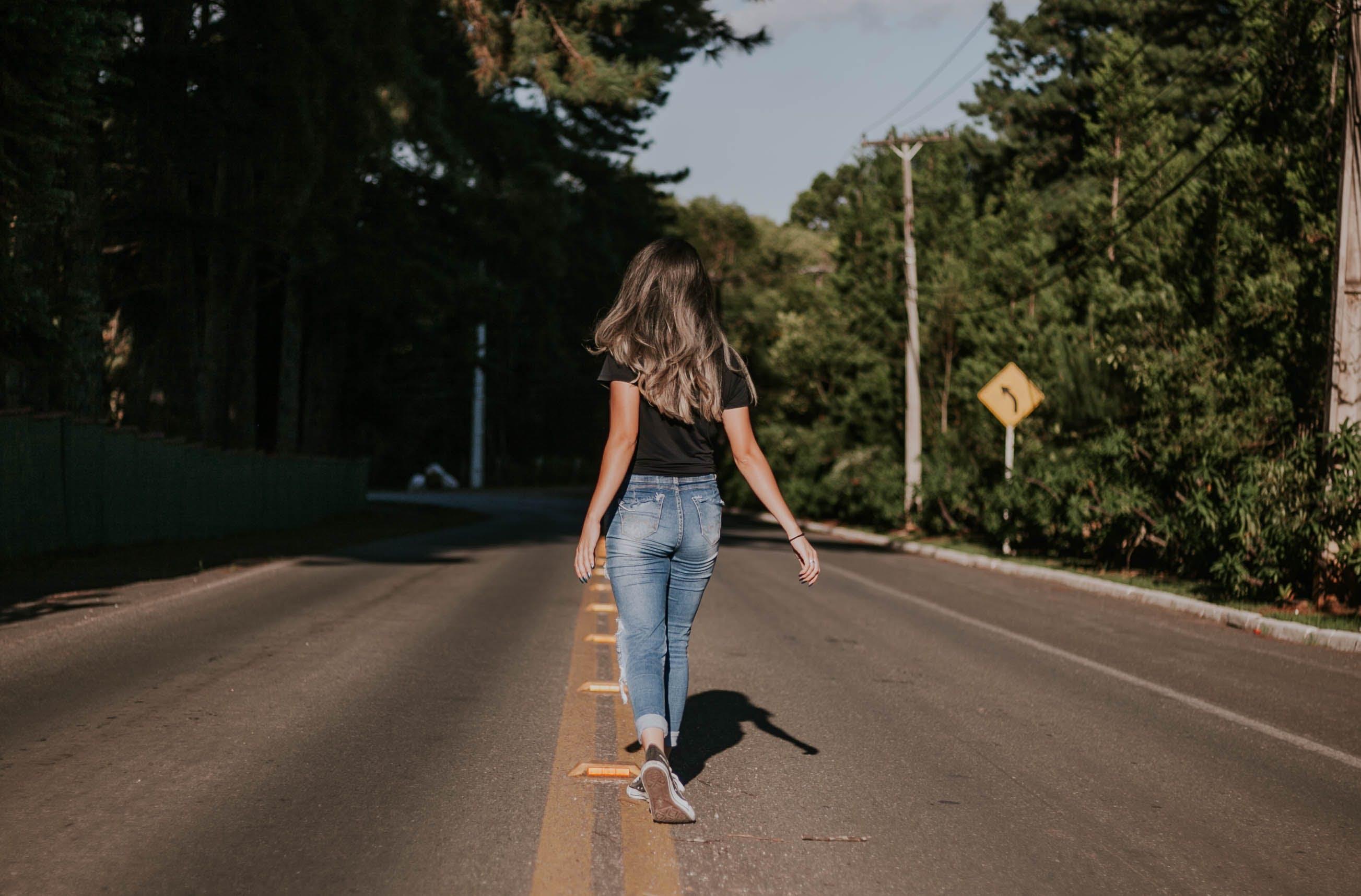 Kostenloses Stock Foto zu asphalt, bäume, bewegung, denim jeans