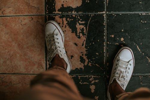 ayakkabı, ayakkabılar, ayaklar, beyaz converse ayakkabı içeren Ücretsiz stok fotoğraf