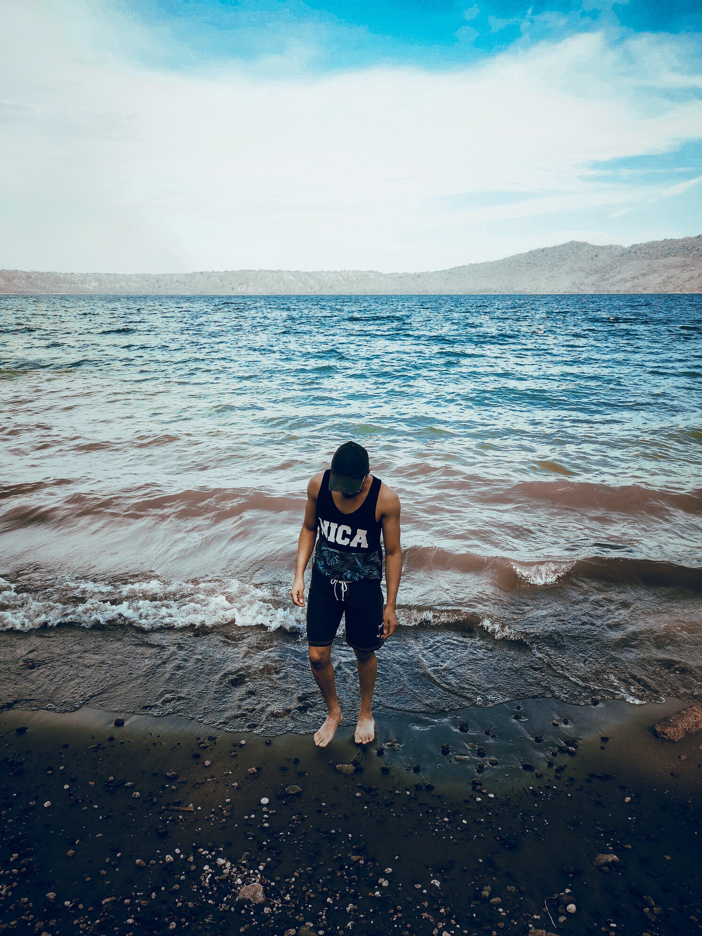 Fotos de stock gratuitas de arena, costa, hombre, litoral