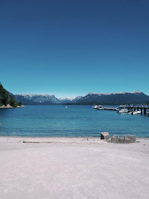 Photos gratuites de baie, bateaux, bord de mer, cailloux