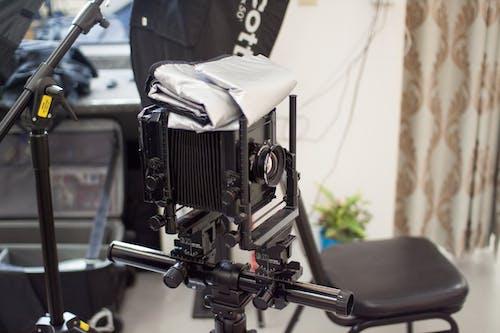 büyük çerçeve, eski kamera, kamera, kamera ekipmanı içeren Ücretsiz stok fotoğraf