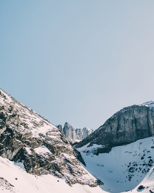 Photos gratuites de alpes, haut, montagne, montagne au sommet enneigé