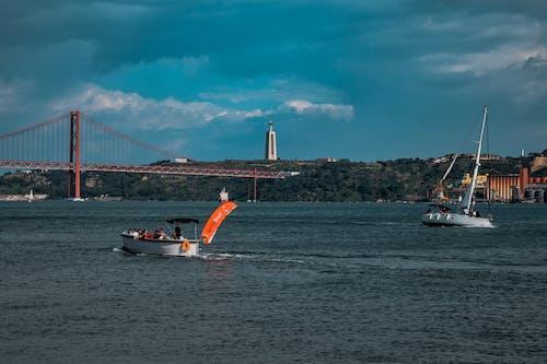 Gratis lagerfoto af båd, både, blå himmel, bro