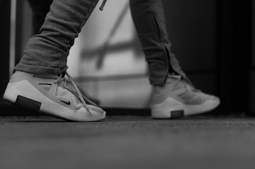 Fotos de stock gratuitas de blanco y negro, calzado, caminando, caminar