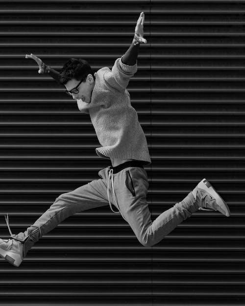 Foto d'estoc gratuïta de blanc i negre, foto d'un salt, home, moda