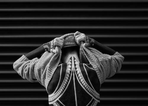 Foto d'estoc gratuïta de Art corporal, blanc i negre, carrer, d'esquena