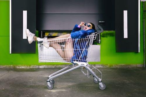 Základová fotografie zdarma na téma brunetka, focení, jazyk ven, nákupní vozík