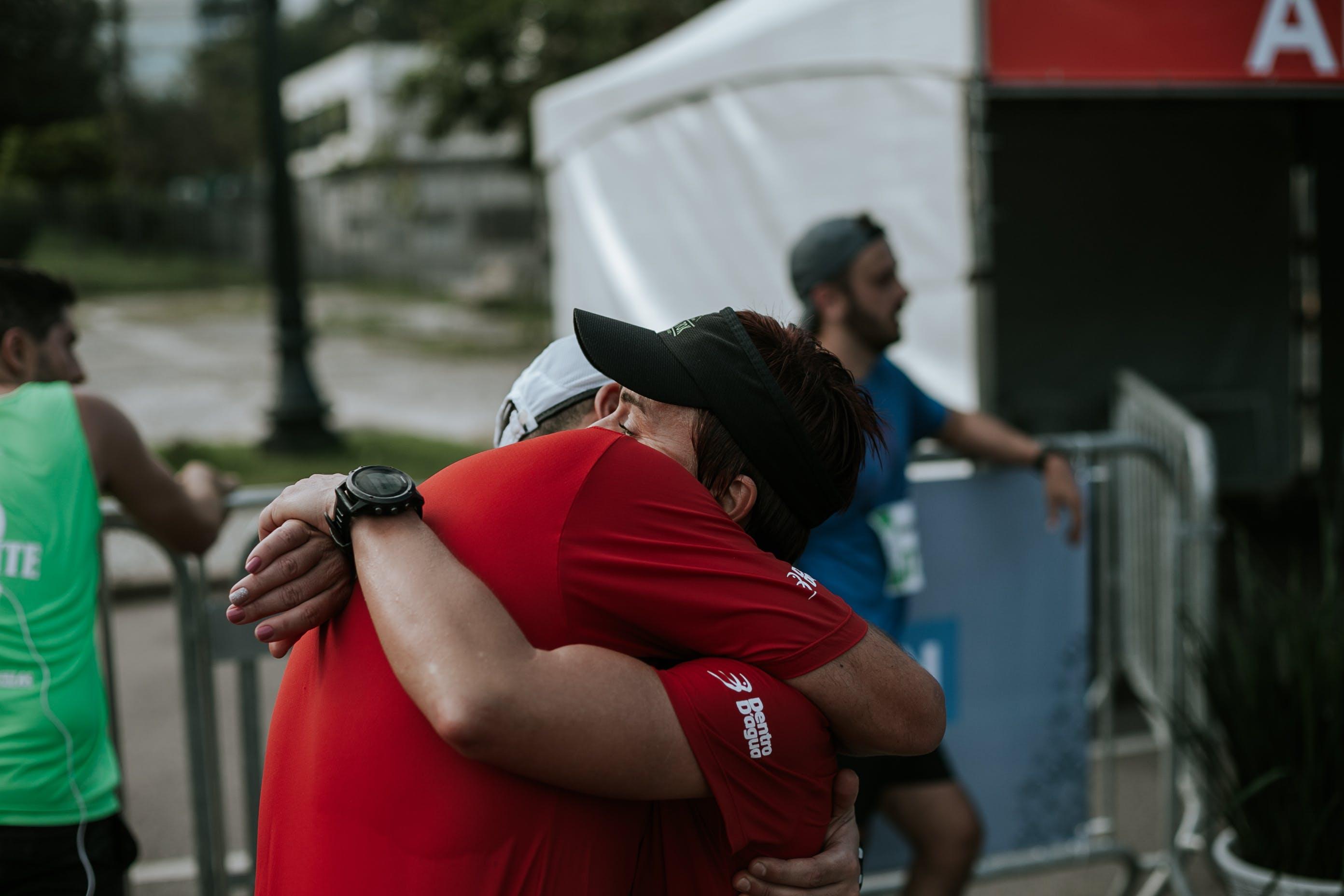 Δωρεάν στοκ φωτογραφιών με αγκαλιάζω, αγώνας δρόμου, άνδρας, Άνθρωποι